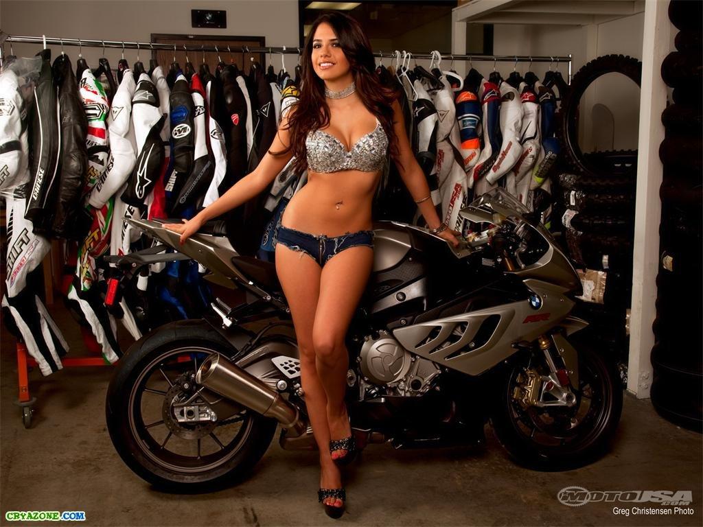 Сексуальная девушка и мотоцикл 15 фотография