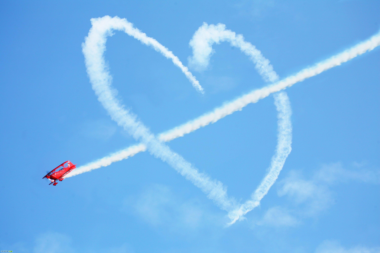Самолёт рисует сердце и стрелу в небе