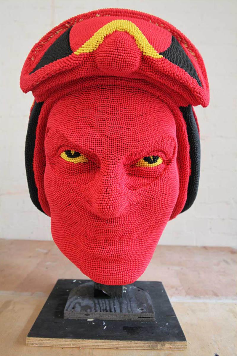 Скульптура дьявола сделанная из спичек
